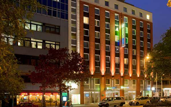 Holiday Inn Express Berlin City Centre-West am Abend