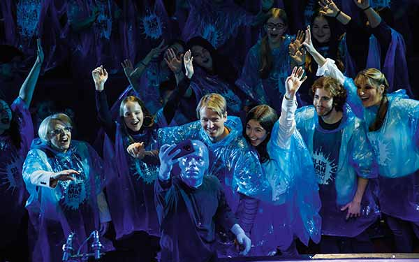 "BLUE MAN GROUP, Szenenmotiv ""Publikum"""